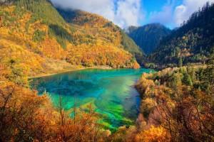 Озеро Пяти цветов в национальном парке Цзючжагоу в Китае
