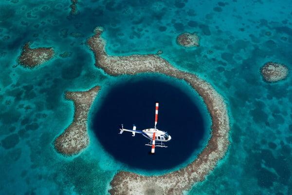 Большая голубая дыра Белиза с высоты полёта