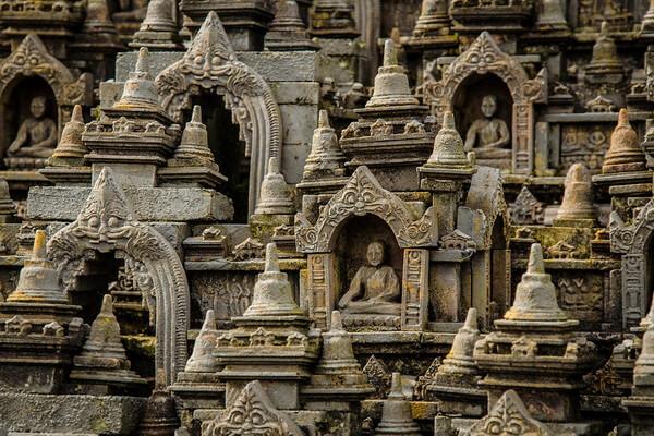 Статуи Будды в храме Боробудур