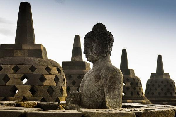 Статуи Будды храма Боробудур в Индонезии
