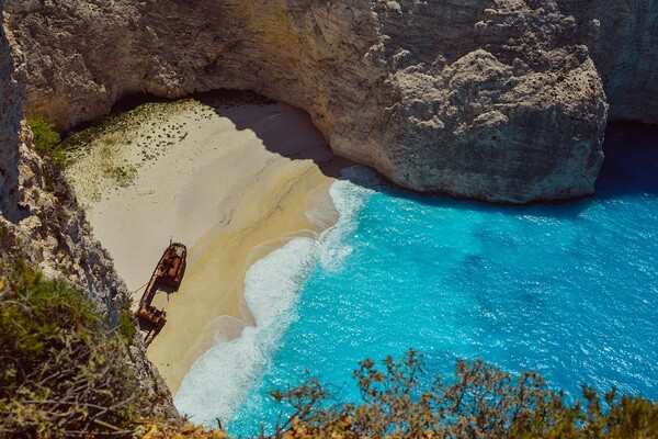 Корабль на пляже Навайо в Бухте Кораблекрушений на острове Закинф в Греции