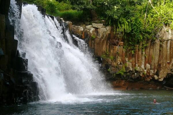 Водопад в национальном парке Чёрной реки на Маврикие