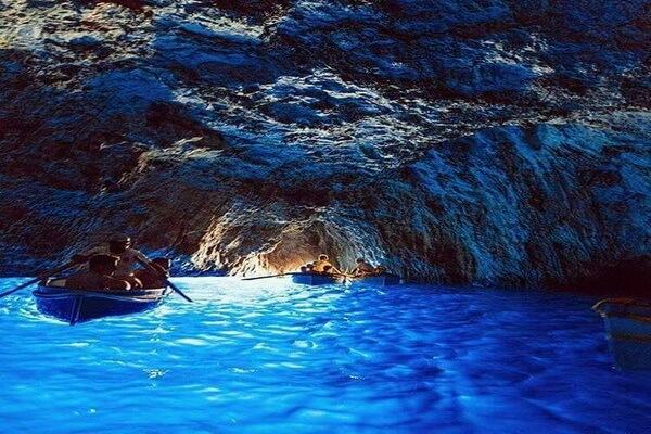 Природные достопримечательности Европы с фото и описанием - Голубой грот на острове Капри в Италии