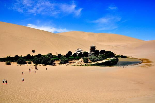 Природные достопримечательности Китая с фото и описанием - Озеро Юэяцюань и поющие дюны