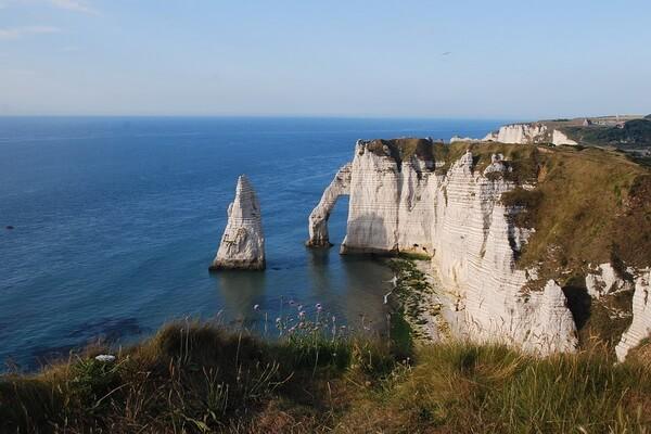 Скалы Этрета - достопримечательность Нормандии во Франции