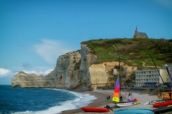 Пляж у скал Этрета во Франции