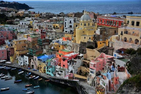 Разноцветные дома в Европе - Остров Прочида в Италии
