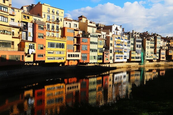Разноцветные дома в Европе - Жирона, Испания