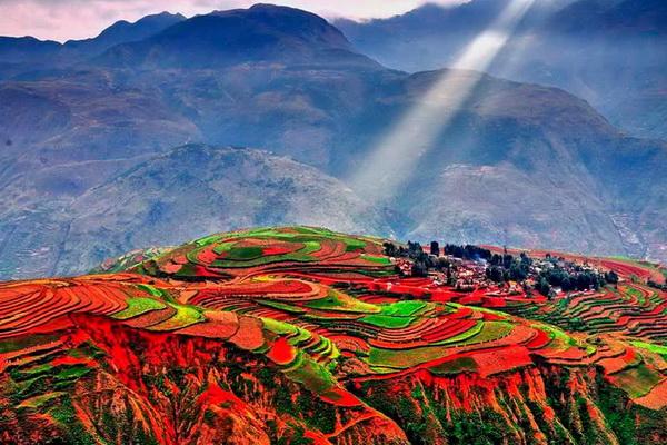 Разноцветные поля Дончуань в Китае