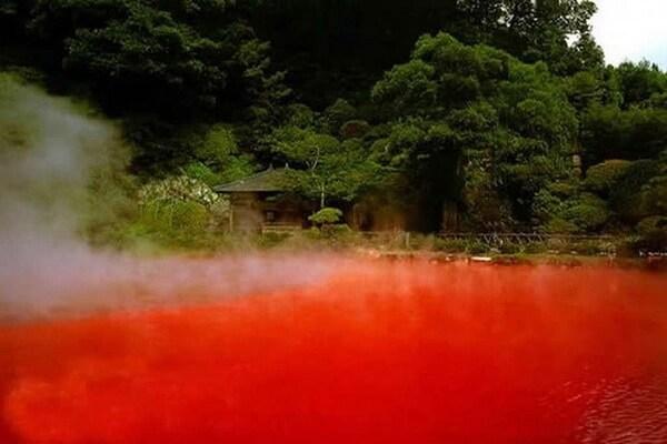 Горячие источники Беппу - Кровавый пруд Японии