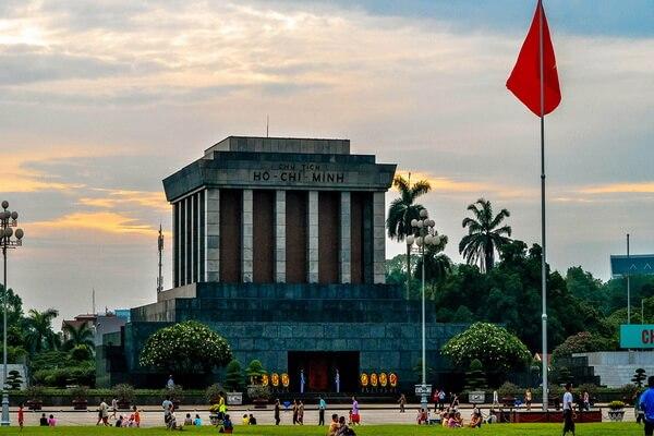 Мавзолей Хо Ши Мина на площади Бадинь в Ханое во Вьетнаме