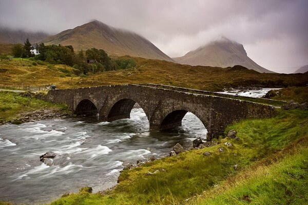 Достопримечательности острова Скай в Шотландии - Волшебный мост рядом с замком Данвеган
