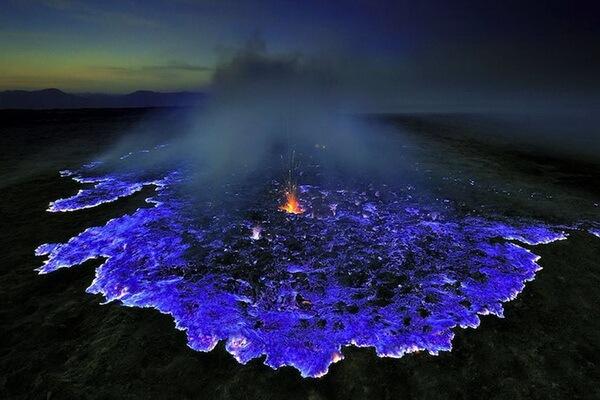 Почему у вулкана Кава Иджен в Индонезии голубая лава
