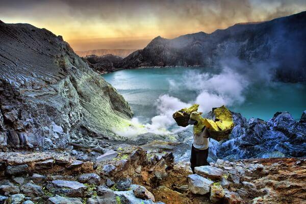 Добыча серы в кратере вулкана Кава Иджен