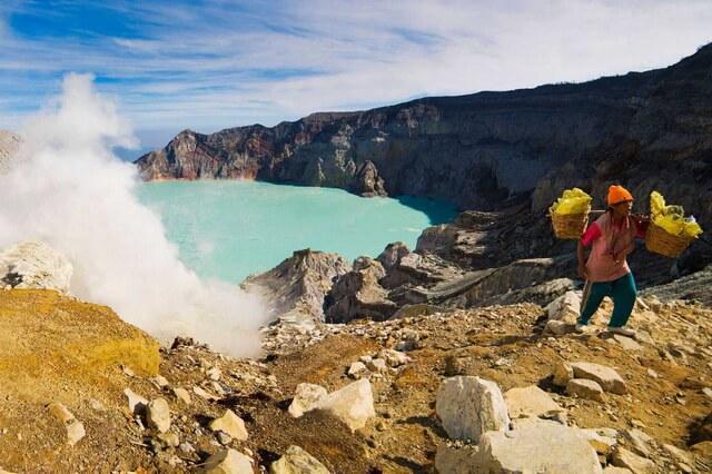 Кава Иджен в Индонезии - вулкан с голубой лавой