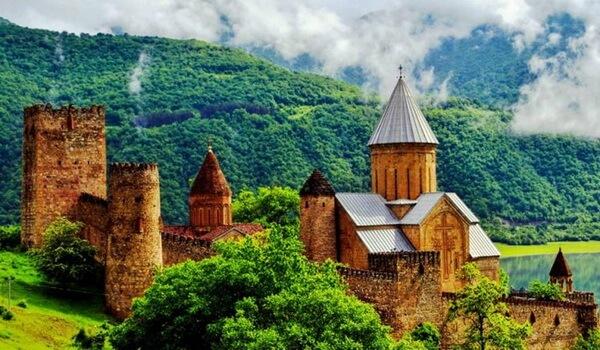 История крепости Ананури в Грузии