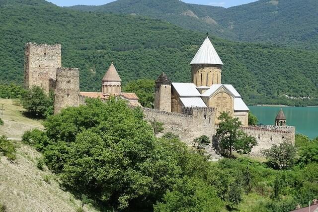 Крепость Ананури - архитектурная достопримечательность Грузии