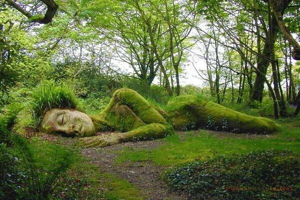 Скульптура Спящая девушка в садах Хелигана в Англии