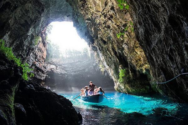 Прогулка на лодке по озеру пещеры Мелиссани