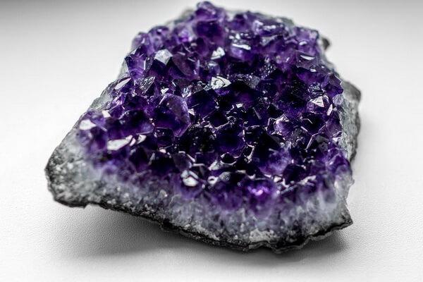 Минералы фиолетового цвета с фото и описанием - Аметист (фиолетовый кварц)