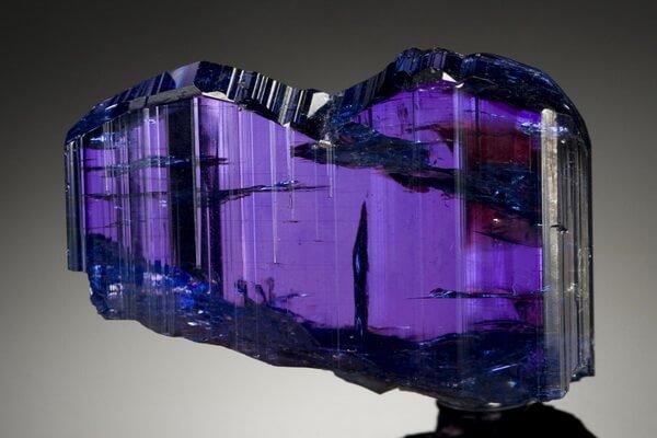 Минералы фиолетового цвета с фото и описанием - Танзанит