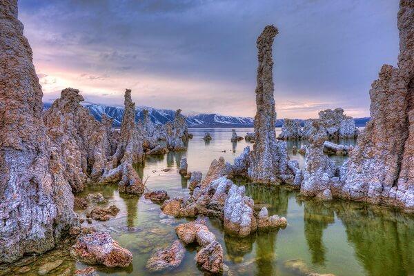 Колонны озера Моно в США
