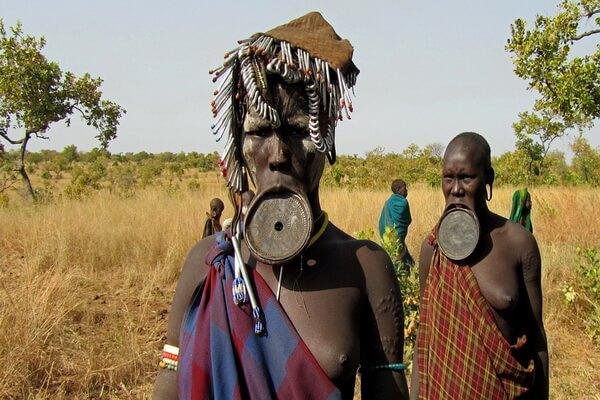 Женщины племени мурси в Африке