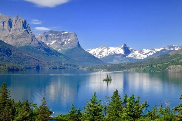 Озеро Святой Марии и островок Дикий Гусь в национальном парке Глейшер в штате Монтана