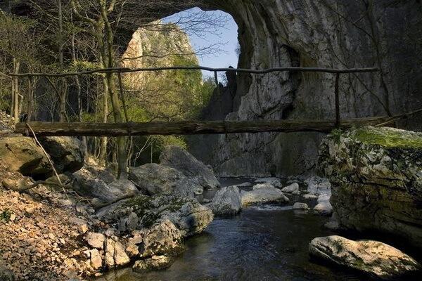 Природные достопримечательности Сербии с фото и описанием - Скальные ворота у Вратна