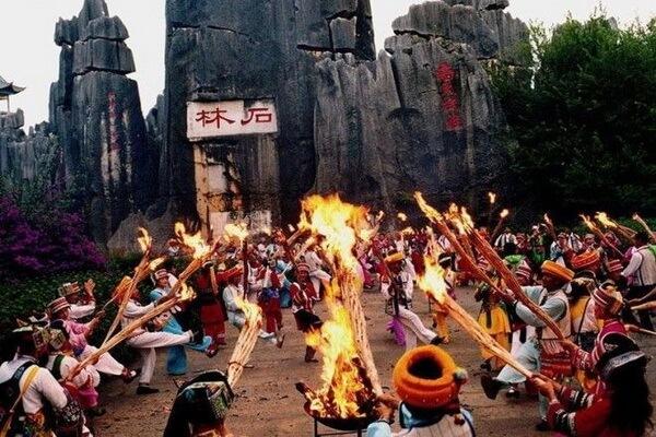 Фестиваль факелов в каменном лесу Шилинь в Китае