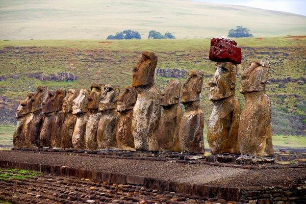 Каменные статуи моаи на острове Пасхи