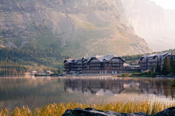Отель Glacier Lodge на берегу озера Свифт-Каррент в парке Глейшер