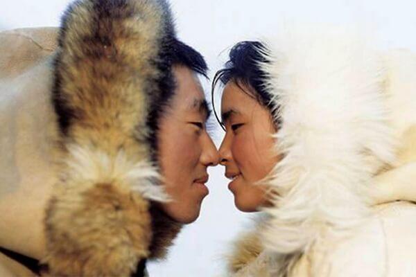 Обычаи эскимосов - Эскимосский поцелуй