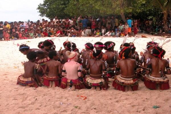 Племя тробрианцы и европейцы в Папуа-Новой Гвинеи