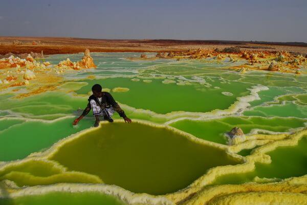 Добыча соли из кратера вулкана Даллол в Эфиопии