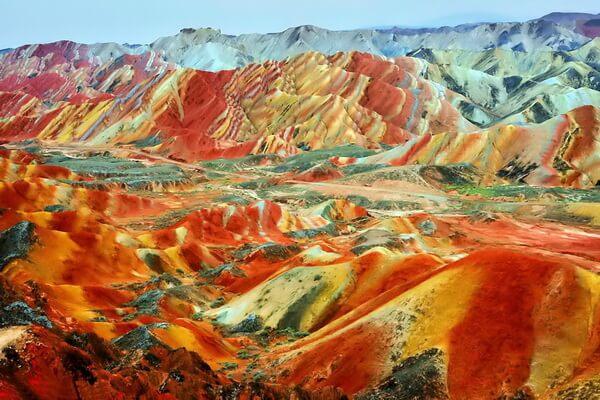 Почему скалы Данься разноцветные