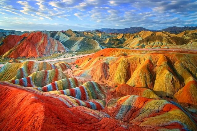 Цветные скалы Чжанъе Данься в Китае
